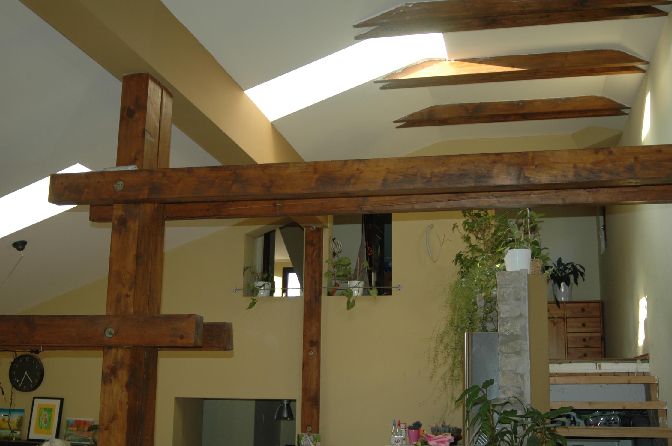 Tetőtér feljárata, látszó faszerkezetek